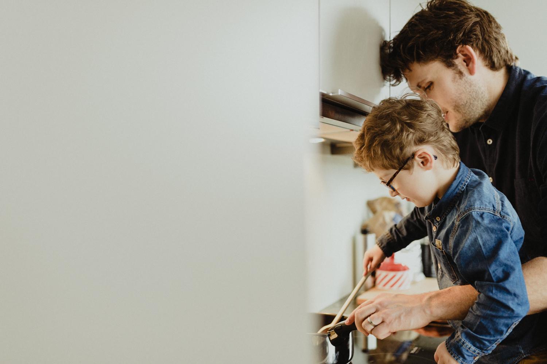 photo papa et enfant faisant la cuisine