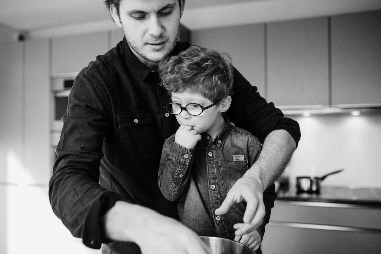 photo père et fils cuisinant