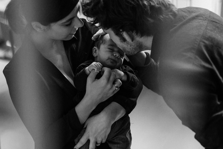 photo nouveau-né avec papa et maman