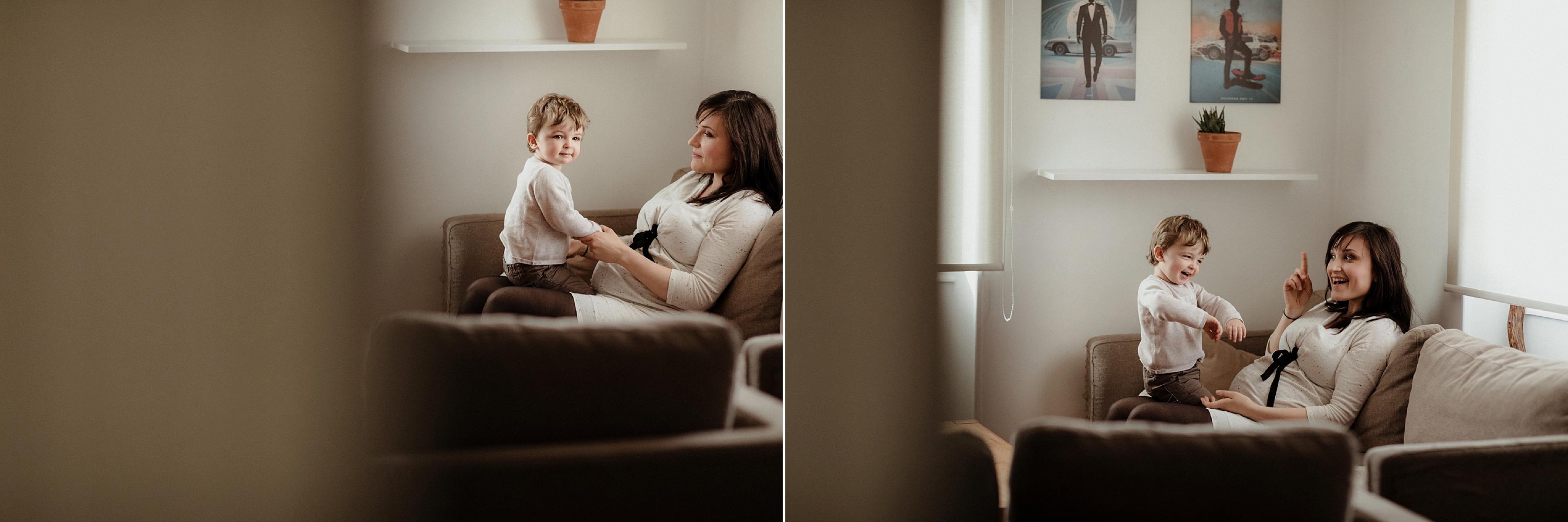 photo grossesse, mère et fils qui jouent