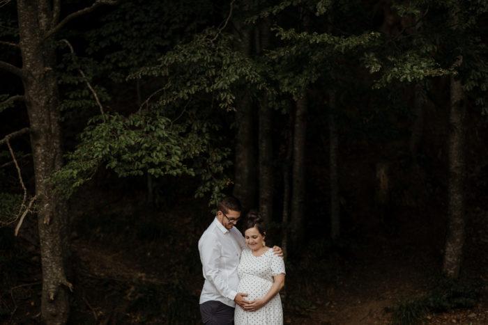 Un shooting photo grossesse à côté d'un lac prêt de colmar en alsace